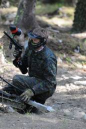 En person spiller paintball