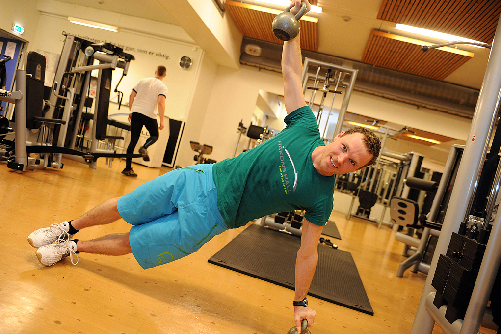 En mann trener styrke i Olympiaparken Sportssenter
