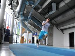 En person løper på innendørsløpebane